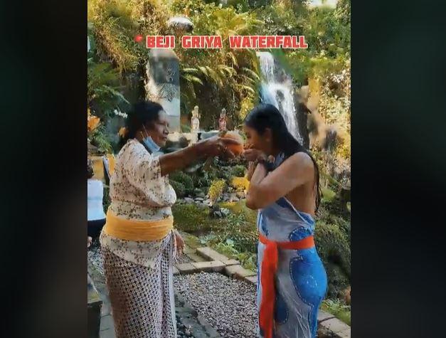https: img.okezone.com content 2021 09 13 406 2470464 mengenal-tradisi-melukat-ritual-penyucian-diri-khas-masyarakat-bali-p6zyvVN02E.JPG