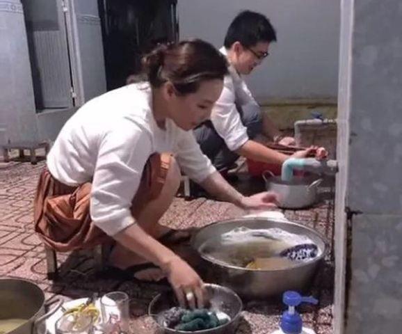 https: img.okezone.com content 2021 09 13 612 2470431 viral-sosialita-cantik-rela-jadi-pembantu-di-rumah-ibu-mertua-rajin-cuci-piring-hingga-manjat-pohon-RA7ADH9Pav.jpg