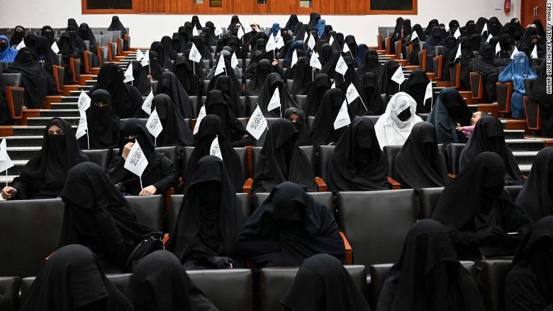 https: img.okezone.com content 2021 09 14 18 2471077 cara-unik-wanita-afghanistan-protes-kebijakan-taliban-terhadap-perempuan-pakai-baju-tradisional-warna-warni-eItYpcR9TX.jpg