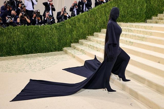https: img.okezone.com content 2021 09 14 194 2470898 kim-kardashian-kenakan-kostum-seperti-hantu-bayangan-hitam-di-met-gala-2021-rkhackJF71.jpg