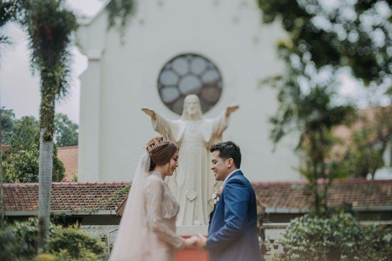 https: img.okezone.com content 2021 09 14 33 2471116 anak-minati-atmanegara-jawab-soal-agamanya-usai-menikah-di-gereja-rKpGCPUyBG.jpg