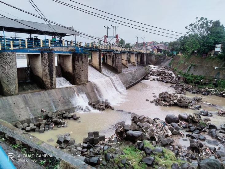 https: img.okezone.com content 2021 09 14 338 2470909 hujan-semalaman-begini-kondisi-bendung-katulampa-di-kota-bogor-khWBvNKWxZ.jpg