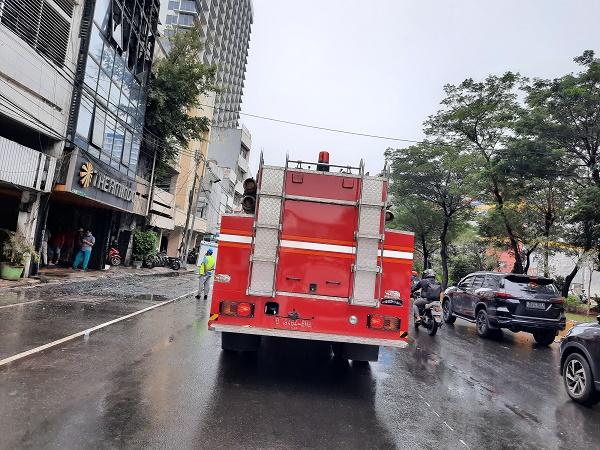 https: img.okezone.com content 2021 09 14 338 2471021 kebakaran-ruko-di-tamansari-berhasil-dipadamkan-jalan-gadjah-mada-kembali-dibuka-Ytkyua2w5R.jpg