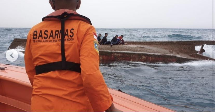 https: img.okezone.com content 2021 09 14 338 2471352 kapal-nelayan-terbalik-di-perairan-pulau-damar-1-orang-meninggal-dunia-fb3oLPicDT.jpeg