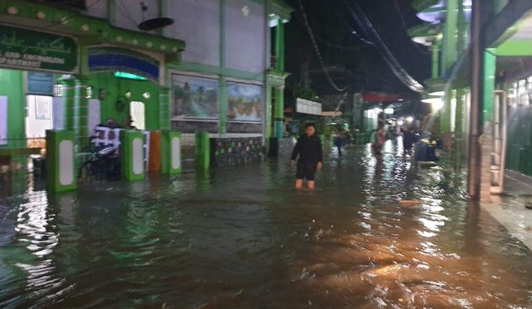 https: img.okezone.com content 2021 09 14 340 2470922 banjir-terjang-lebak-614-rumah-terendam-7jUlfJptAO.jpg