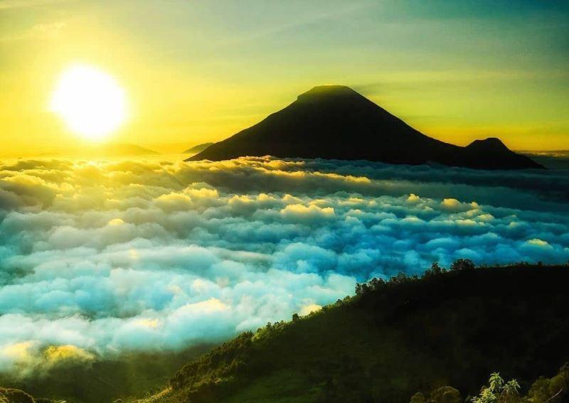 https: img.okezone.com content 2021 09 14 408 2471109 deretan-wisata-negeri-di-atas-awan-paling-ciamik-pernah-ke-sana-5E8vltD9Jd.JPG