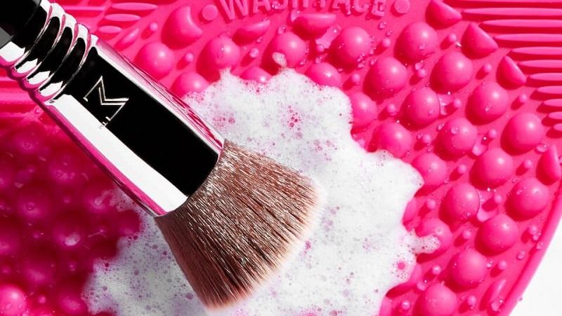 https: img.okezone.com content 2021 09 14 611 2471197 7-cara-bersihkan-kuas-makeup-agar-wajah-gak-jerawatan-v1ZuA5Mu6C.jpg