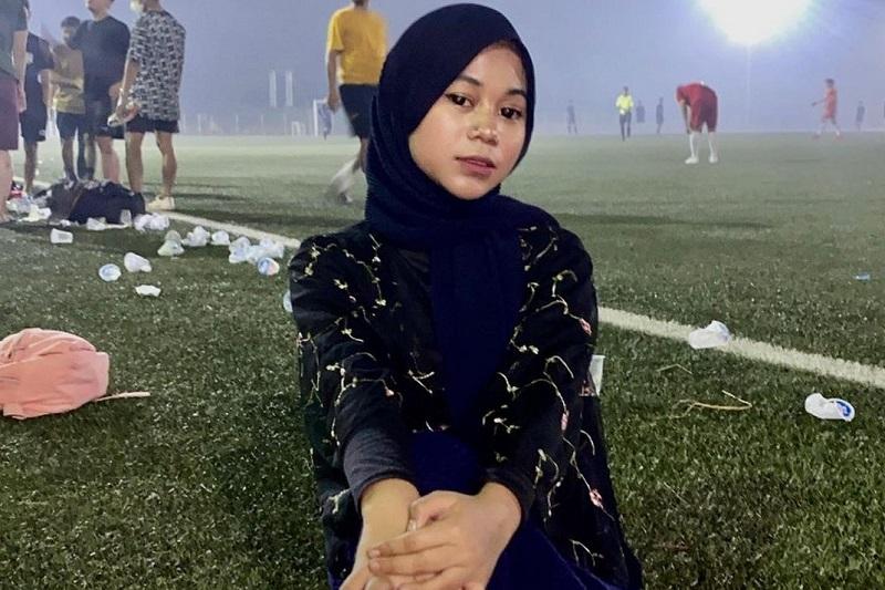 https: img.okezone.com content 2021 09 15 33 2471621 cimoy-montok-lepas-hijab-netizen-jilat-ludah-sendiri-Ffg8R6lMCt.jpg