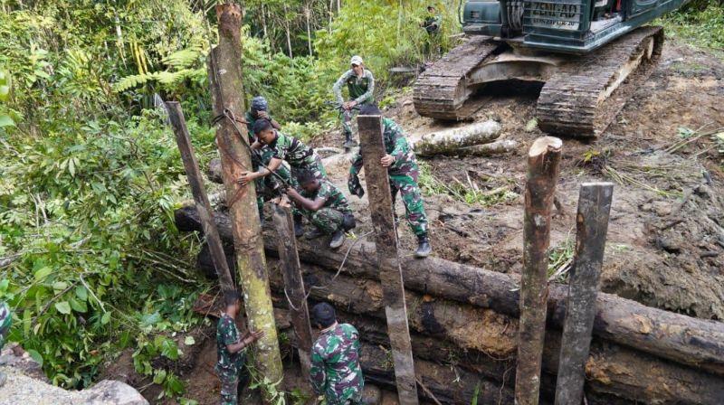https: img.okezone.com content 2021 09 15 338 2471479 tni-polri-bangun-kembali-jembatan-penghubung-di-papua-barat-yang-sempat-dihancurkan-kkb-1r6AAk4V93.jpg