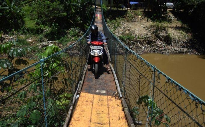 https: img.okezone.com content 2021 09 15 340 2471869 satu-keluarga-jatuh-ke-sungai-sang-ayah-sempat-menggelantung-di-jembatan-DV0YDG6gxT.jpg