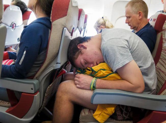 https: img.okezone.com content 2021 09 15 406 2471591 jangan-tidur-terlalu-nyenyak-di-pesawat-bisa-begini-akibatnya-NJEADhfRxL.JPG