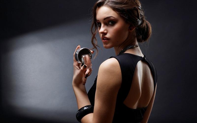 https: img.okezone.com content 2021 09 15 612 2471452 3-parfum-lokal-untuk-perempuan-cocok-jadi-kado-nih-HowiXQ5Owq.jpg