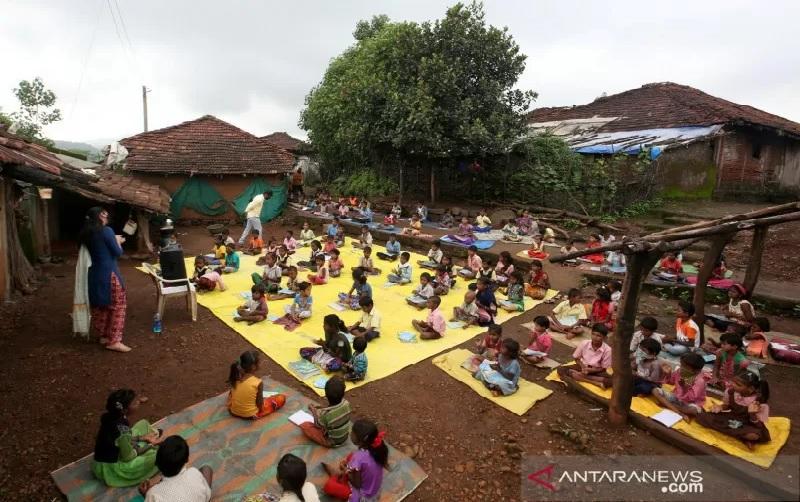 https: img.okezone.com content 2021 09 16 18 2472478 sekolah-ditutup-akibat-covid-19-guru-terpaksa-mengajar-di-jalan-xk3bdUpKLl.jpg