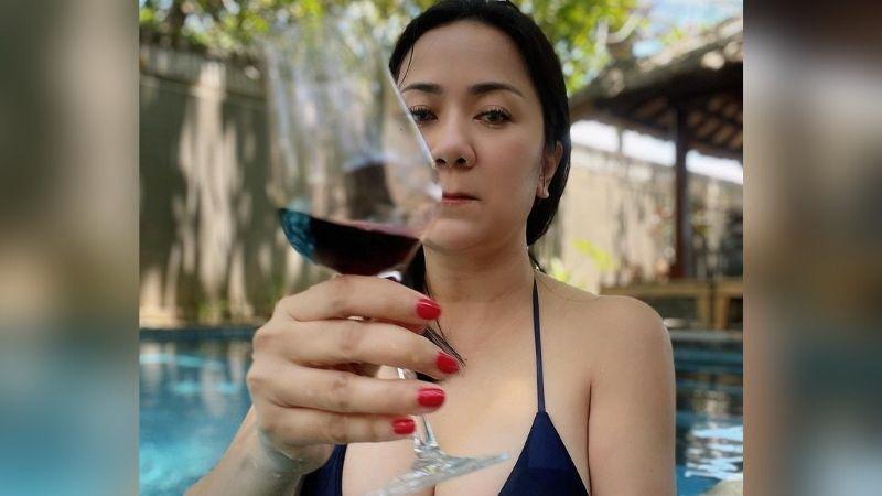 https: img.okezone.com content 2021 09 16 194 2472606 pose-tante-ernie-berbikini-hitam-minum-wine-di-kolam-bikin-salfok-netizen-super-sekali-vqEqUNenhx.jpg