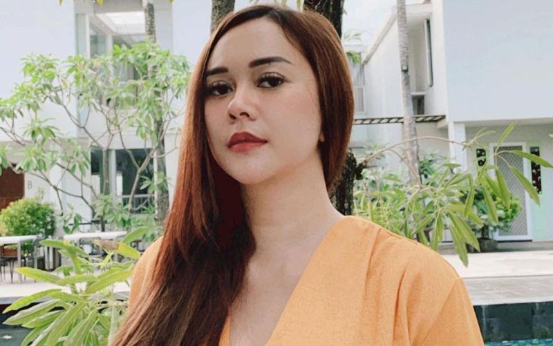 https: img.okezone.com content 2021 09 16 33 2472164 aura-kasih-pose-cantik-pakai-baju-belahan-dada-rendah-netizen-menggoda-iman-fJwDhnuA9l.jpg