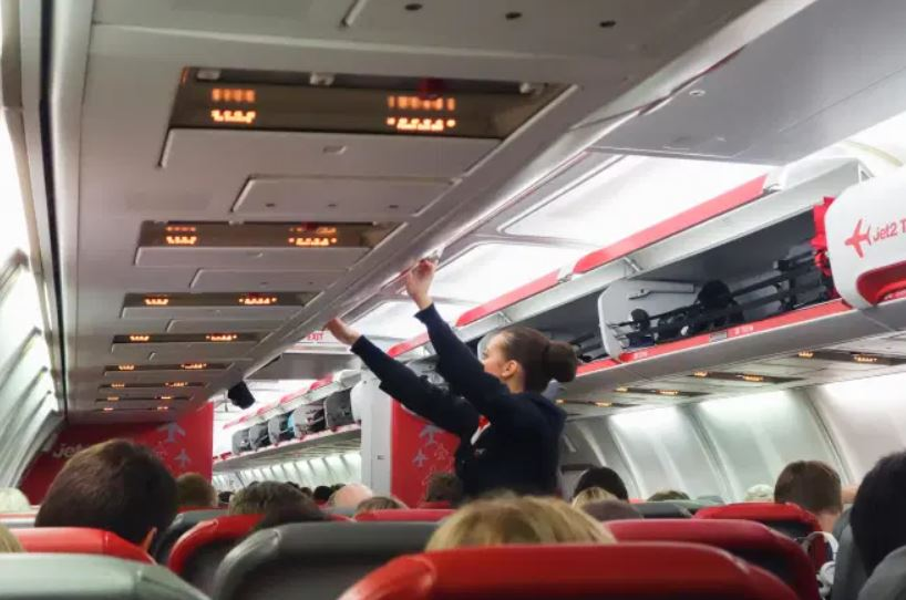 https: img.okezone.com content 2021 09 16 406 2472225 bau-menyengat-dari-dinding-pesawat-bikin-panik-penumpang-penerbangan-ditunda-HBaj1ccfkj.JPG