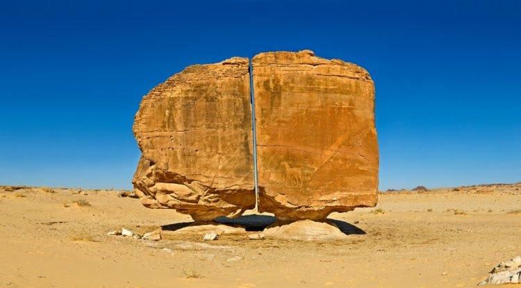 https: img.okezone.com content 2021 09 16 408 2472569 aneh-bin-ajaib-batu-unik-berusia-4-000-tahun-terbelah-sempurna-di-tengahnya-vwsHDSQQ6T.jpg