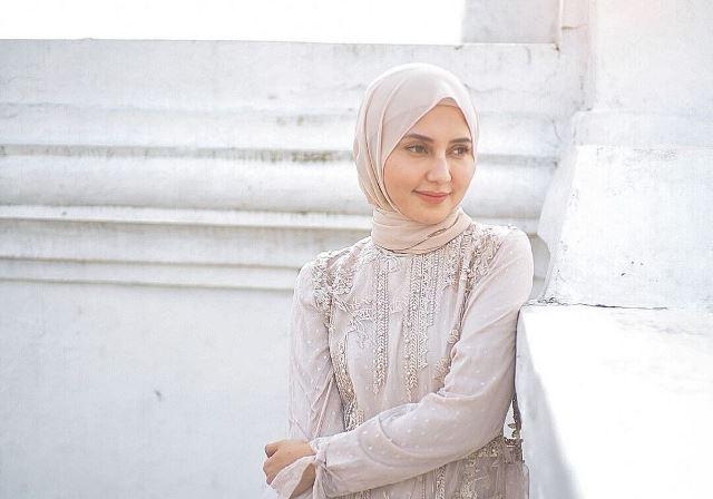 https: img.okezone.com content 2021 09 16 617 2472291 4-gaya-hijab-cantik-rara-nawangsih-ibunda-amanda-manopo-di-sinetron-ikatan-cinta-LhV4AzLrE0.jpg