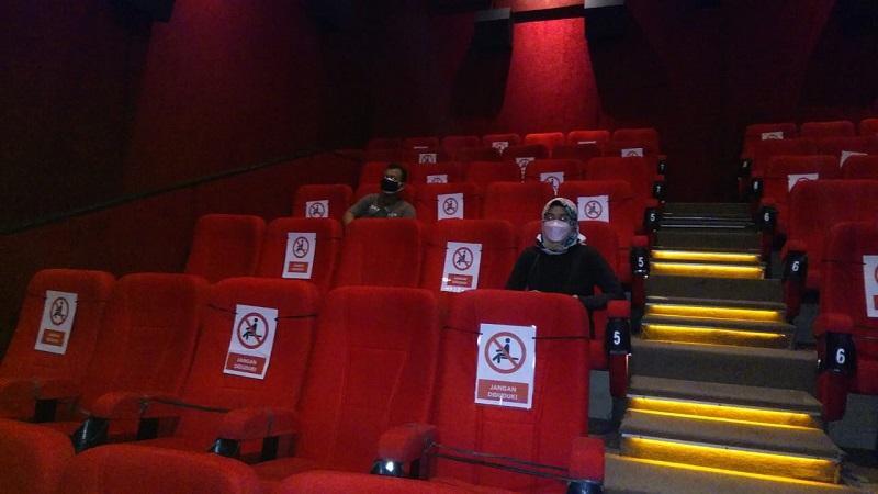 https: img.okezone.com content 2021 09 16 620 2472475 bioskop-dibuka-pengunjung-wajib-patuhi-aturan-ini-KE5dwds9Ni.jpg