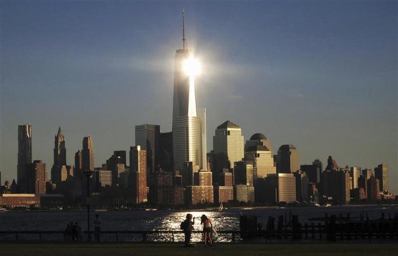 https: img.okezone.com content 2021 09 17 18 2472680 mati-tabrak-menara-kaca-new-york-ratusan-bangkai-burung-berserakan-di-wtc-boCd8cTE54.jpg