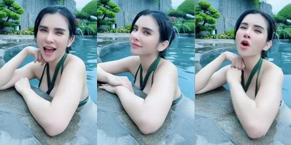 https: img.okezone.com content 2021 09 17 194 2473115 maria-vania-basah-basahan-dengan-bikini-hijau-netizen-mata-buaya-darat-melotot-nctW1OgzlK.jpg