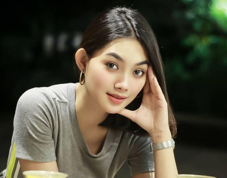 https: img.okezone.com content 2021 09 17 406 2473154 4-pose-pramugari-sherin-oviani-bak-model-papan-atas-netizen-pahanya-bening-U9VyCRGaI5.JPG