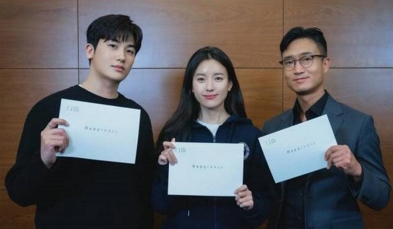 https: img.okezone.com content 2021 09 17 620 2473101 han-hyo-joo-dan-park-hyung-sik-jalani-pembacaan-skenario-drama-happiness-nu6qpQlKoV.jpg