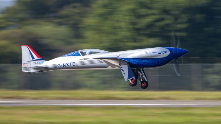 https: img.okezone.com content 2021 09 18 320 2473307 pesawat-listrik-pertama-rolls-royce-uji-coba-terbang-perdana-hasilnya-0IImL7apuN.jpg