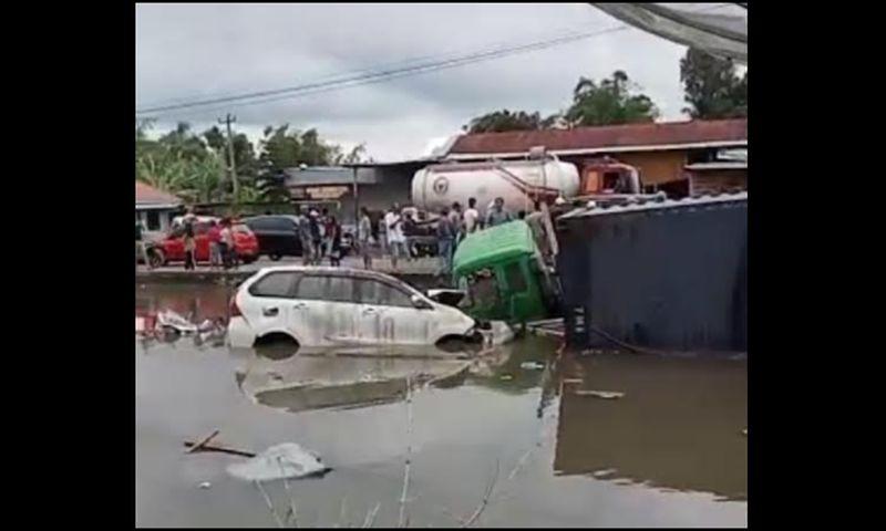 https: img.okezone.com content 2021 09 18 340 2473338 6-kendaraan-kecelakaan-beruntun-di-agam-korban-dilarikan-ke-rs-HNzdYvEKnk.jpg