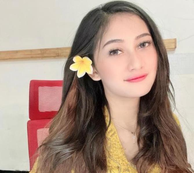 https: img.okezone.com content 2021 09 18 406 2473309 pramugari-eliska-parker-berpakaian-adat-bali-netizen-cantik-tiada-duanya-zZf1D3yUgp.jpg