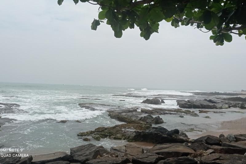 https: img.okezone.com content 2021 09 18 406 2473414 dear-wisatawan-jangan-berenang-dulu-di-pantai-selatan-ombak-lagi-ngamuk-3mCjYXtY14.jpg