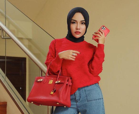 https: img.okezone.com content 2021 09 18 617 2473224 5-gaya-hijab-medina-zein-public-figure-yang-mendadak-jadi-pusat-perhatian-uITkYI1YZI.jpg