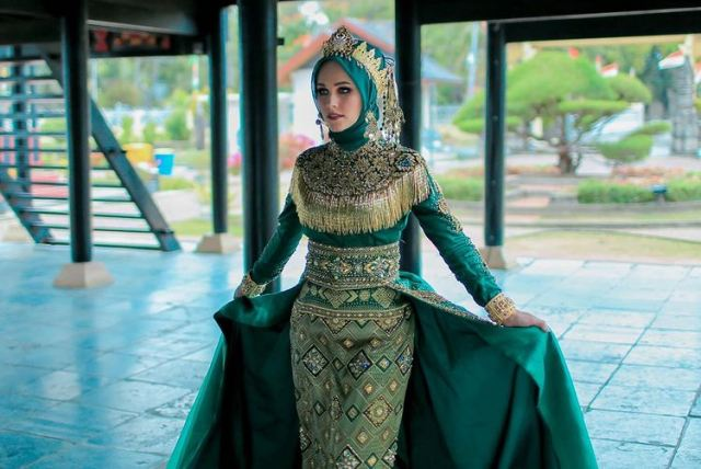 https: img.okezone.com content 2021 09 18 617 2473230 4-gaya-hijab-busana-adat-tiphaine-poulon-model-cantik-mualaf-asal-prancis-g0codBftvr.jpg