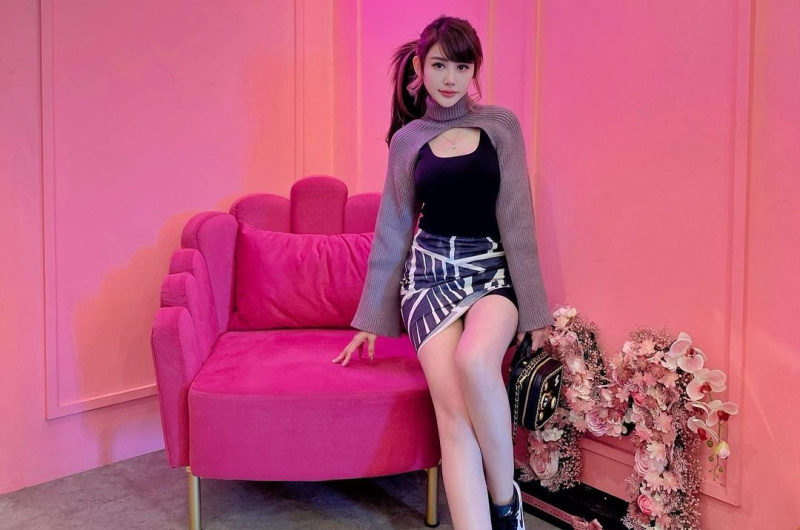 https: img.okezone.com content 2021 09 18 620 2473471 apa-kabar-si-penyanyi-cantik-emily-young-ryu-6MkwXA8irt.jpg