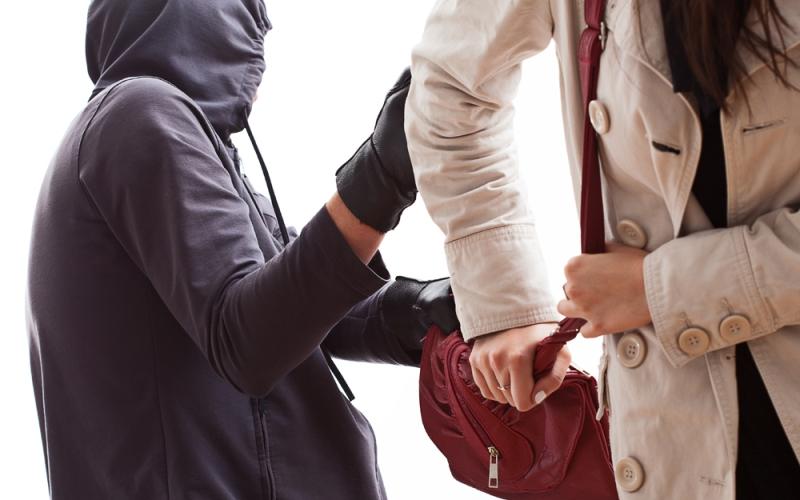 https: img.okezone.com content 2021 09 19 338 2473496 wanita-jadi-korban-jambret-di-cipulir-tangannya-dihujani-bacokan-saat-melawan-atbCtzZ0iE.jpg