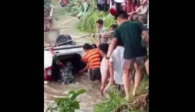 https: img.okezone.com content 2021 09 19 340 2473742 1-keluarga-tewas-usai-mobilnya-terjun-ke-sungai-DIY6IEcg0u.jpg