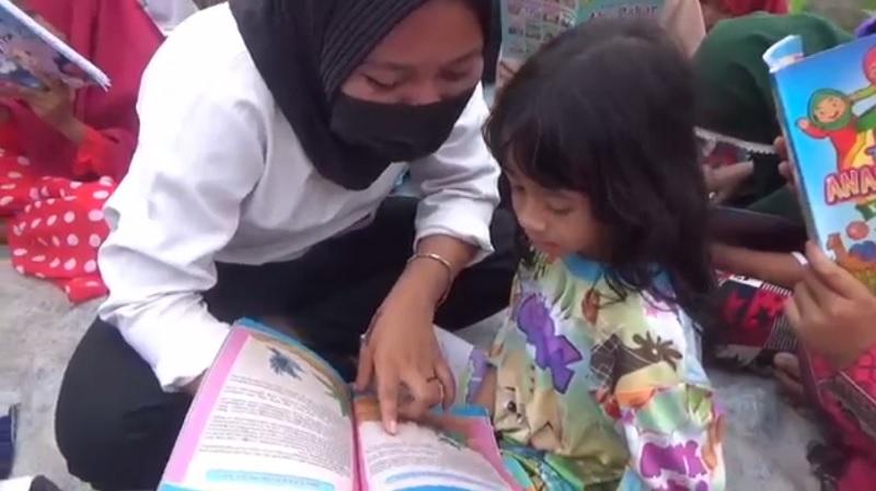 https: img.okezone.com content 2021 09 19 624 2473591 inspiratif-pemuda-gelar-kegiatan-baca-di-alam-terbuka-ajarkan-literasi-pada-anak-IfSPDeorCH.jpg