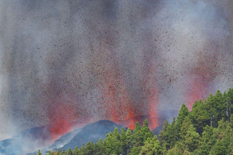 https: img.okezone.com content 2021 09 20 18 2473788 gunung-berapi-di-spanyol-meletus-lava-mengalir-ke-sungai-menuju-2-desa-R56goOlkgi.jpg