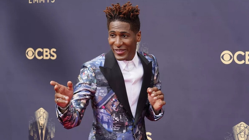 https: img.okezone.com content 2021 09 20 194 2473949 5-suits-terbaik-pria-di-emmy-awards-2021-tuxedo-badai-katrina-curi-perhatian-LrYdFk3IBc.jpg