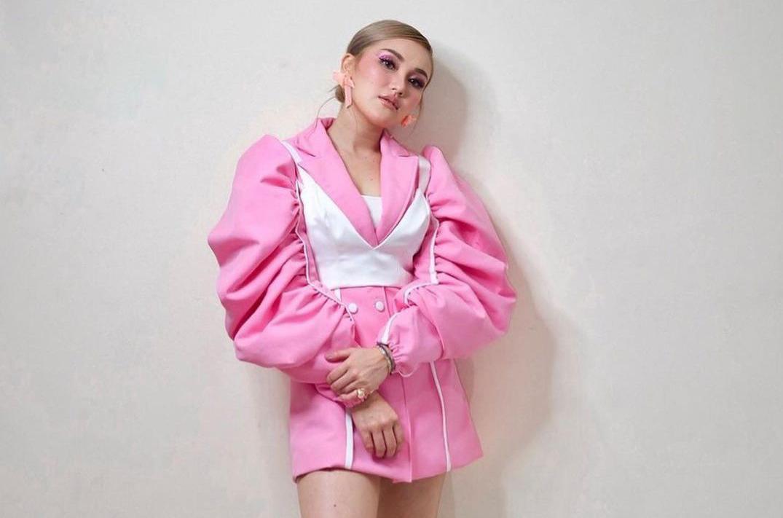 https: img.okezone.com content 2021 09 20 33 2474169 ayu-ting-ting-pakai-outfit-ala-idol-korea-netizen-kupikir-rose-blackpink-0RalWq2J9a.jpeg