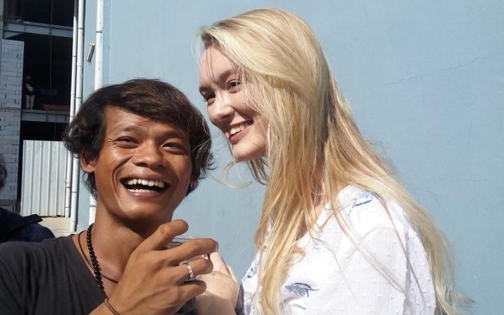 https: img.okezone.com content 2021 09 20 337 2474078 5-cerita-unik-bule-nikahi-warga-indonesia-wanita-prancis-ini-putuskan-jadi-mualaf-b4QS1aerjx.jpg