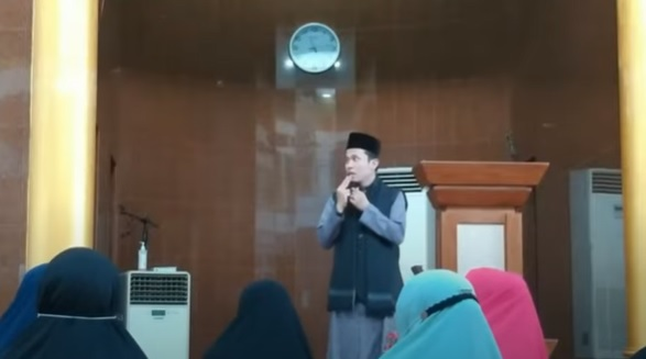 https: img.okezone.com content 2021 09 20 340 2474105 viral-ustadz-chaniago-diserang-seorang-pria-saat-ceramah-di-masjid-baitus-syakur-U0MVqmr0LH.jpg