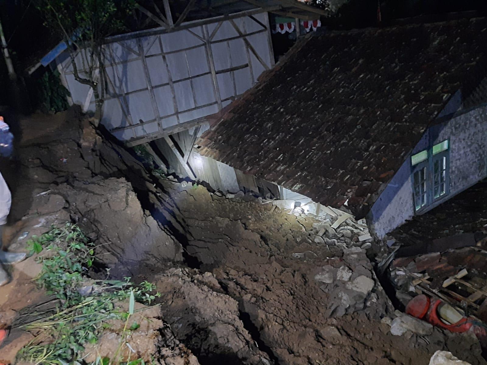 https: img.okezone.com content 2021 09 20 525 2474139 tanah-longsor-cianjur-akibatkan-satu-warga-luka-berat-k9WBeSRT7f.jpeg