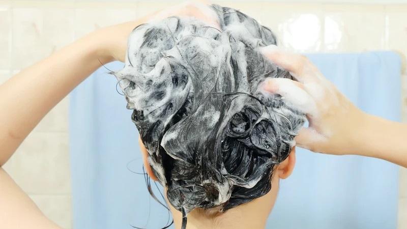 https: img.okezone.com content 2021 09 20 611 2473991 5-trik-keramas-agar-rambut-halus-dan-berkilau-secantik-model-iklan-sampo-21Z8JJTyF1.jpg