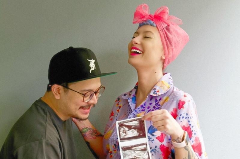 https: img.okezone.com content 2021 09 20 620 2474047 4-tahun-menikah-derby-romero-umumkan-kehamilan-sang-istri-S06d8RfAue.jpg