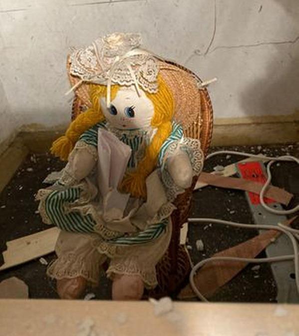 https: img.okezone.com content 2021 09 21 18 2474582 renovasi-rumah-pria-ini-temukan-boneka-aneh-dengan-pesan-menyeramkan-di-dalam-dinding-k460a9ncM0.jpg
