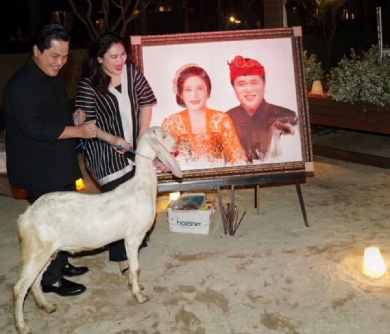 https: img.okezone.com content 2021 09 21 320 2474504 anniversary-pernikahan-ke-23-erick-thohir-beri-kambing-putih-ke-istri-zEYFtENMgj.jpg