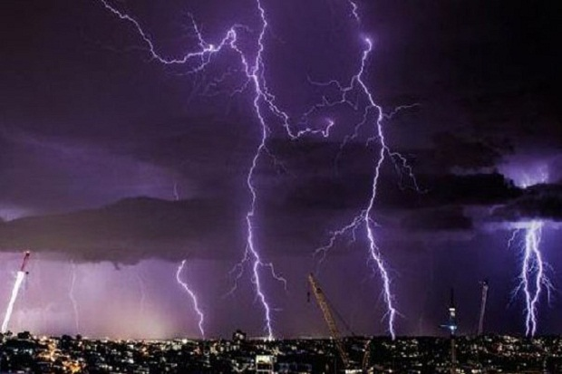 https: img.okezone.com content 2021 09 21 338 2474853 hujan-badai-di-depok-622-gardu-pln-alami-gangguan-rTPKLO0sDj.jpg