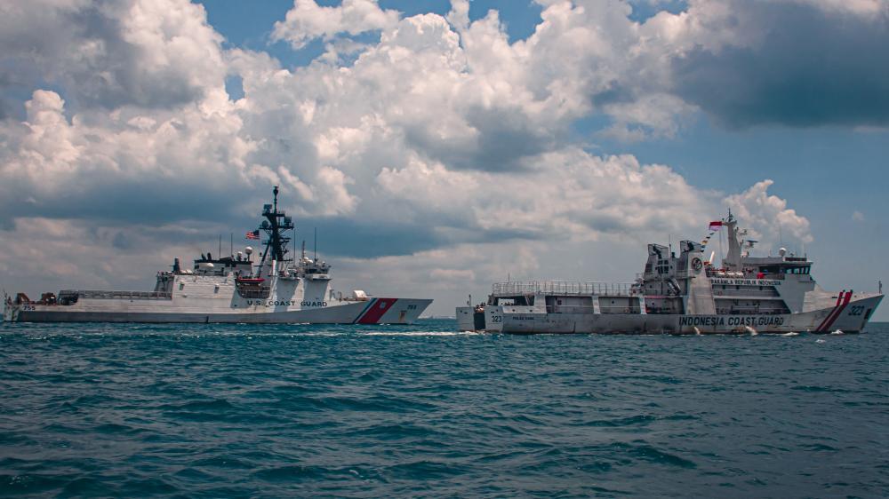 https: img.okezone.com content 2021 09 22 18 2475428 kapal-penjaga-pantai-as-ikuti-latihan-bersama-bakamla-ri-9p2nRHSxem.jpg