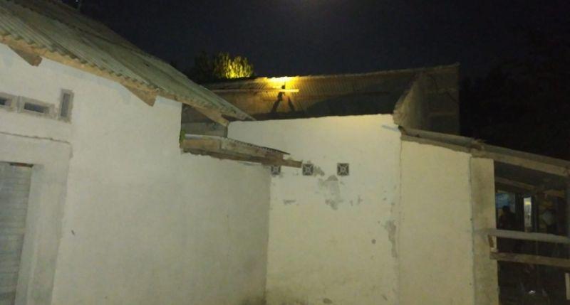 https: img.okezone.com content 2021 09 23 340 2475780 17-rumah-warga-rusak-terdampak-angin-kencang-di-lombok-tengah-5GlN6fsbiX.jpg